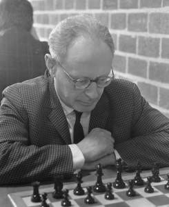 Mikail Botvinnik (1911-1995) varð þrisvar heimsmeistari. Þeir Friðrik mættust aðeins einu sinni og þá bauð sovéski jöfurinn jafntefli eftir 13 leiki.